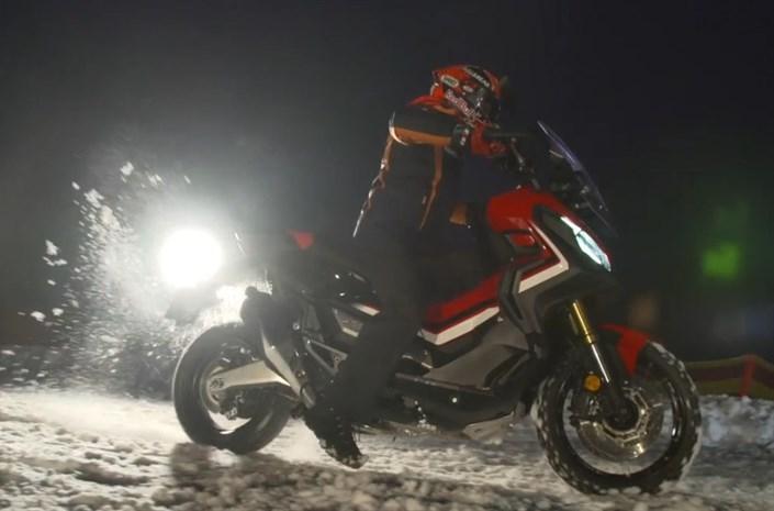 Honda X-ADV  Potrójny Mistrz Świata MotoGP, Marc Marquez zdecydował się na jazdę próbną Hondą X-ADV po ośnieżonym zboczu słynnej góry Hahnenkamm w miejscowości Kitzbuehel w zachodniej Austrii.  Fot. Honda