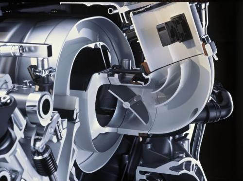 Fot. Mercedes-Benz: Kanał dolotowy o zmiennej długości poprawia charakterystykę pracy silnika. W zależności od obrotów silnika przepustnica sterowana siłownikiem pneumatycznym zmienia drogę przepływu powietrza do silnika. To rozwiązanie jest bardzo proste