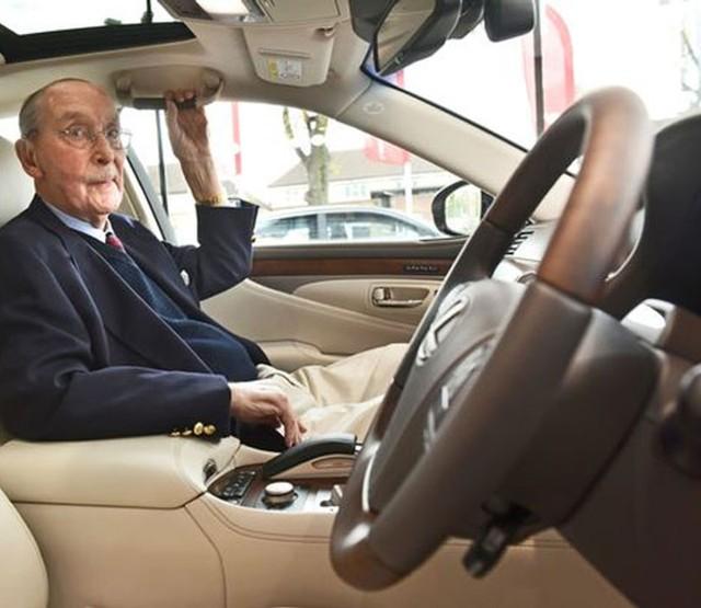 Lexus LS 600h L  Mieszkaniec Blockley w angielskim hrabstwie Gloucestershire sprawił sobie na setne urodziny nie lada prezent – superluksusową limuzynę Lexus LS 600h L. Ze względu na tak wyjątkową okazję, brytyjski oddział przygotował drobną niespodziankę, by szczególnie uhonorować swego stałego klienta.  Fot. Lexus