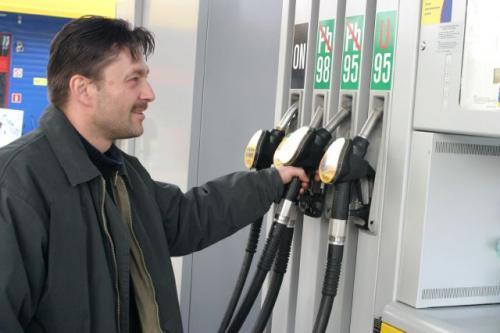 """Fot. Robert Kwiatek: Od nowego roku właściciele Nys, Żuków, Maluchów, """"dużych Fiatów"""" i Polonezów wyprodukowanych przed 1990 rokiem, którzy dotąd tankowali U95, będą skazani na kupowanie normalnej benzyny bezołowiowej. We własnym zakresie trze"""