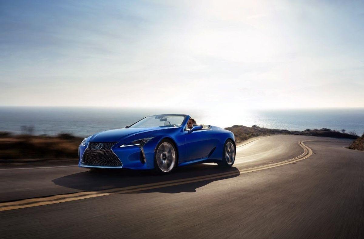 """Lexus LC Convertible  Posiadanie samochodów z nadwoziem typu kabriolet oznacza nie tylko pozytywy płynące z niewątpliwej przyjemności jazdy takim autem. To również obowiązki. Dach w takim samochodzie to bardzo często skomplikowana """"machina"""" składająca się z niezliczonej ilości przekładni, siłowników, elektroniki i oczywiście poszycia. O każdy z tych elementów trzeba odpowiednio dbać - w przeciwnym razie właściciela czekają niemałe wydatki.  Fot. Lexus"""