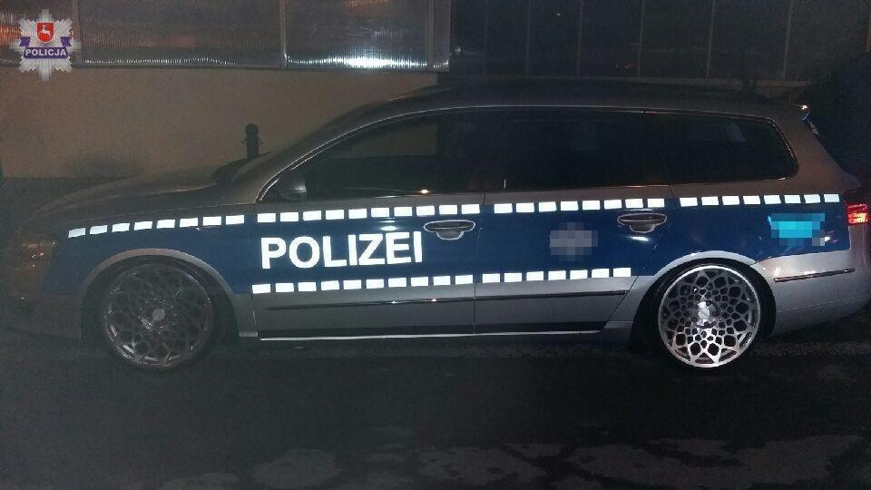 Mężczyzna oświadczył, że pojazd pomalował w celach reklamowych. Policjanci z uwagi na fakt, iż swoim zachowaniem popełnił wykroczenia i naruszył warunki techniczne jakie musi spełniać samochód, zatrzymali mu dowód rejestracyjny oraz skierowali sprawę do sądu / Fot. Policja.pl