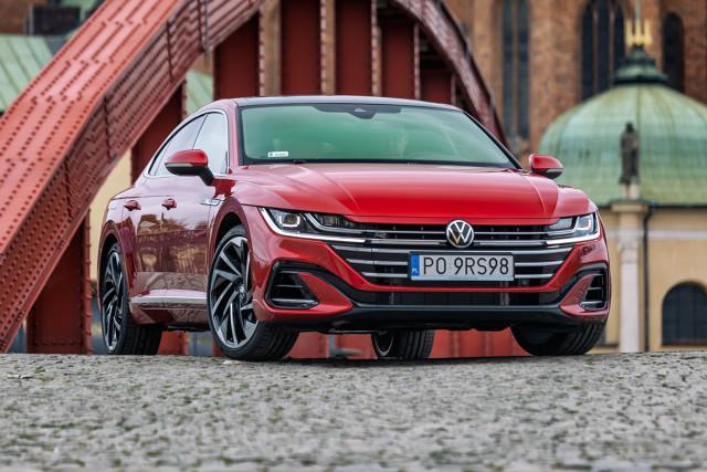 Volkswagen Arteon 2020  Volkswagen Arteon z nadwoziem typu fastback debiutował trzy lata temu. Obecnie, przy okazji różnych zmian które wprowadzono w tym modelu zaprezentowano go również w wersji shooting brake. Pojawienie się tego drugiego typu nadwozia jest tłumaczone tym, iż nie brakuje kierowców, którzy indywidualny styl i najnowocześniejsze rozwiązania techniczne jakie znajdują w tym samochodzie cenią sobie tak samo wysoko, jak funkcjonalność auta typu kombi.  Fot. Volkswagen