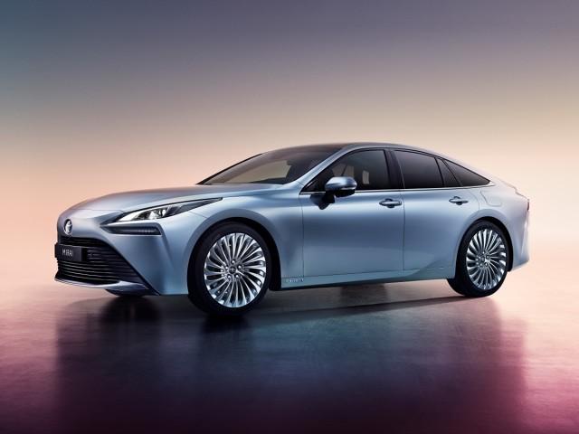 Toyota Mirai II   Rynkowa premiera Toyoty Mirai 2. generacji jest zaplanowana na koniec 2020 roku, początkowo w Japonii, Stanach Zjednoczonych i Europie. Samochód nie tylko zademonstruje atuty nowej technologii bezemisyjnego napędu na ogniwa paliwowe, ale także będzie stanowił dowód, że auto z alternatywnym napędem może mieć jednocześnie atrakcyjny design i zapewniać bardzo dobre wrażenia z jazdy.  Fot. Toyota