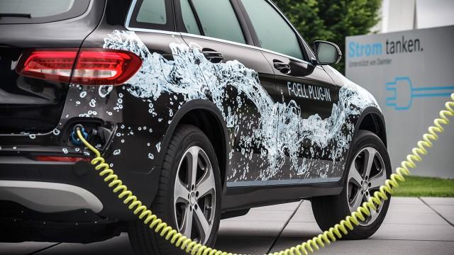 Mercedes GLC F-CELL  Przedstawiciele Mercedesa zapewniają, że samochód na tle konkurencji ma wyróżniać fakt, że będzie go można doładować z domowego gniazdka.   Fot. Mercedes-Benz