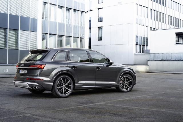 Marka z czterema pierścieniami w logo odpowiada w ten sposób na światowe trendy montowania sportowych jednostek benzynowych o wysokiej wydajności w samochodach segmentu SUV. W Audi SQ7 i SQ8 znaleźć można szereg zaawansowanych technicznie podzespołów zawieszenia, a także nowe funkcje connectivity i systemy wsparcia kierowcy.   Fot. Audi