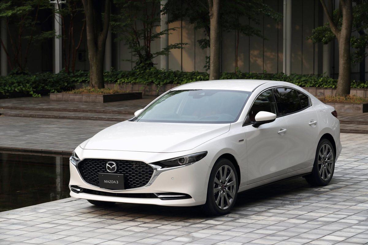 Mazda Motor Corporation celebruje w tym roku 100-lecie działalności i wprowadza do sprzedaży wersje jubileuszowe swoich modeli. Na pamiątkę pierwszego samochodu osobowego, R360 Coupé, znakiem rozpoznawczym edycji jubileuszowych jest dwukolorowa, biało-burgundowa kombinacja koloru nadwozia i wnętrza oraz charakterystyczne, urodzinowe emblematy.  Fot. Mazda