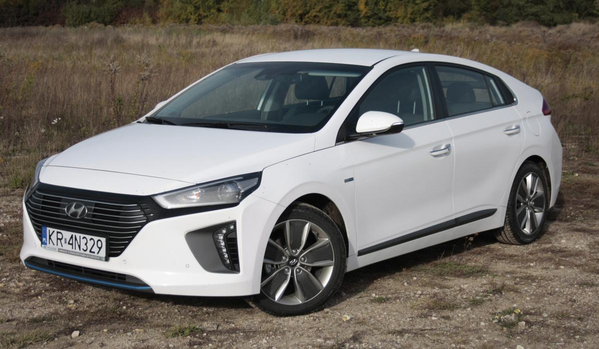 Hyundai Ioniq  Ioniq to pierwszy na świecie samochód z trzema różnymi typami napędu – hybrydowym (spalinowo-elektrycznym), w pełni elektrycznym oraz hybrydowym typu plug-in, czyli z możliwością doładowywania akumulatora. Jeszcze nikt nie podszedł do napędów alternatywnych tak kompleksowo.   Fot. Dariusz Dobosz