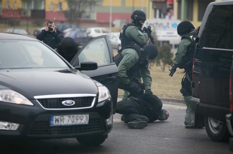 Kradzież, pościg i zatrzymanie. Policja prezentowała złodziejskie sztuczki
