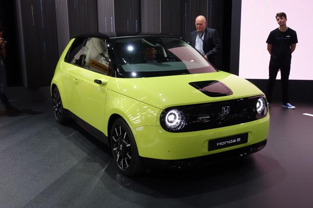 Honda E   Honda e jest wyposażona w silnik elektryczny, dostępny w dwóch wariantach mocy maksymalnej: 100 kW (136 KM)* lub 113 kW (154 KM)*, generujący moment obrotowy 315 Nm*. Akumulator o pojemności 35,5 kWh jest jednym z najmniejszych w swojej klasie, ale po pełnym ładowaniu zapewnia zasięg do 220 km*. Istnieje też możliwość szybkiego ładowania baterii do 80% pojemności w 30 minut*. Napęd trafia na tylne koła, a prędkość 100 km/h osiągamy po około 8 sekundach*. *Wewnętrzne dane firmy Honda  Fot. Ryszard M. Perczak