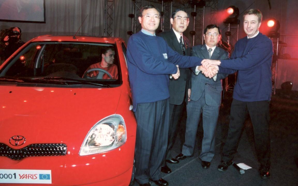 Toyota Yaris   Toyota Motor Manufacturing France (TMMF) wyprodukowała 3-milionową Toyotę Yaris. Jest to dwubarwny Yaris Hybrid w wersji Selection. W ciągu 15 lat w powstawały 3 generacje samochodu, w tym wersje hybrydowe i odmiana na rynek amerykański.  Fot. Toyota