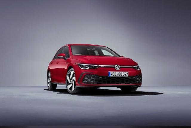 Volkswagen Golf GTI  Mówi się, że nowa odmiana będzie droższa o około 10 proc. od poprzednika, a to oznacza poziom wyjściowy od ok. 145 tys. zł.  Fot. Volkswagen