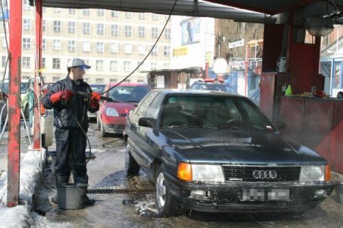 Fot. Grzegorz Gałasiński: Po zimie warto dokładnie umyć samochód w myjni ręcznej.