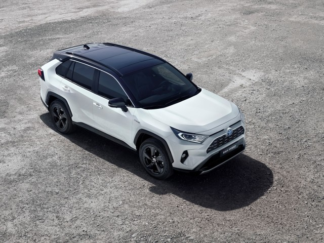Toyota RAV4  7 grudnia rusza przedsprzedaż nowej Toyoty RAV4. Piąta generacja modelu będzie oferowana w Europie z napędem hybrydowym i silnikiem benzynowym 2,0 l. Cena RAV4 Hybrid w wersji Selection z dwukolorowym nadwoziem wynosi w przedsprzedaży 159 900 zł.  Fot. Toyota