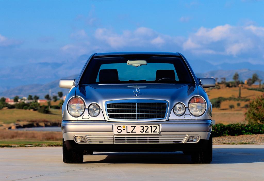 Używany Mercedes W210   Na rynku wtórnym Mercedes W210 wciąż jest jednym z najbardziej poszukiwanych modeli Mercedesa. Kierowcy cenią go za trwałe i ekonomiczne silniki oraz komfortowe zawieszenie. Ceny używanych egzemplarzy są niskie, co nie jest jednak przypadkiem. Karoserie wielu używanych Mercedesów W210 pustoszy korozja.  fot. Mercedes