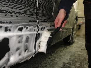 Jak zmyć owady z auta, aby nie zniszczyć lakieru?