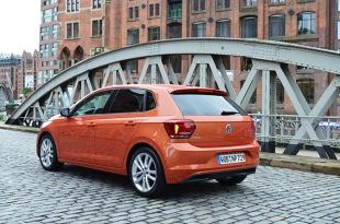 Volkswagen Polo   Bazowe wersje silnikowe będą mieć pod maską litrową, trzycylindrową jednostkę napędową o mocy 65 KM lub 75 KM. Więcej mocy dostarczy litrowy, także trzycylindrowy, silnik TSI o mocy 95 KM lub 115 KM. Dwa kolejne silniki TSI to jednostki o pojemności 1,5 litra i mocy 150 KM oraz 2 litrów i mocy 200 KM.  Fot. Wojciech Frelichowski