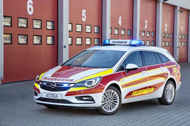 Nowy Opel Astra Sports Tourer jest gotowy do działania jako przyszłe mobilne centrum dowodzenia dla służb ratunkowych. Opel już w fabryce wyposażył nowe kombi w system sygnalizacji obejmujący niebieskie migające lampy z przodu oraz niebieskie światła ostrzegawcze z tyłu — wszystkie w technologii LED. Towarzyszący mu panel sterowania BT 220 umieszczono w zasięgu ręki, w konsoli środkowej / Fot. Opel