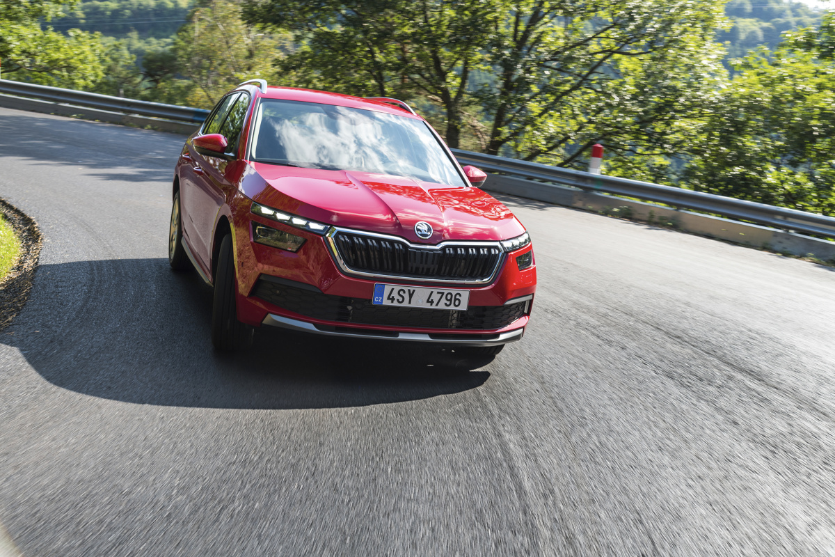 Skoda Kamiq   Bezpieczny samochód musi się wyróżniać nie tylko liczbą poduszek powietrznych, układami ABS i ESP. Obecnie to już standard. Nowoczesne auto jest obecnie wyposażone w szereg systemów, które wspomagają kierowcę podczas jazdy.   Fot. Skoda