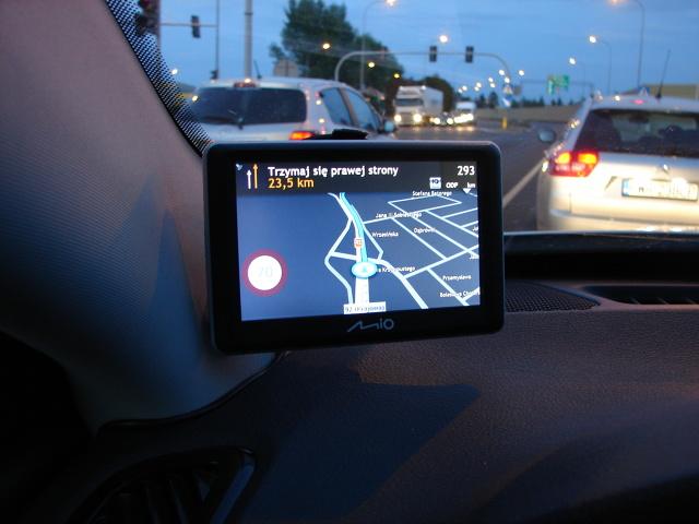 Czy w czasach, kiedy większość nowych samochodów jest fabrycznie wyposażona w nawigację, a w starszych autach funkcję taką z powodzeniem spełniają smartfony, jest jeszcze sens kupować oddzielne urządzenie? Mio Spirit 7700 LM przekonuje że tak.   Fot. Mark Snow