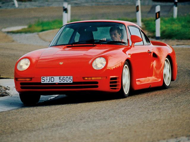 Porsche 959  Za napęd odpowiada sześciocylindrowy, turbodoładowany silnik o pojemności 2,8 l. Jednostka dostarcza 451 KM mocy i 500 Nm maksymalnego momentu i współpracuje z 6-biegową, manualną skrzynią biegów.  Fot. Porsche