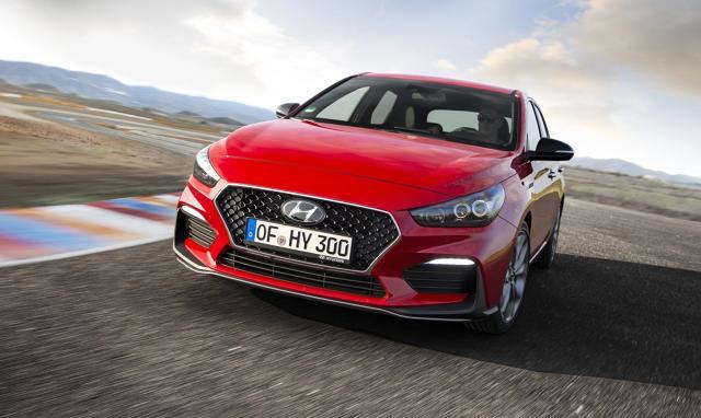 Hyundai i30 N  Silnik o pojemności 2,0 l z turbodoładowaniem ma moc 275 KM i maksymalny moment obrotowy 353 Nm. Współpracuje z sześciobiegową, manualną skrzynią i zapewnia bezpośrednią reakcję na gaz oraz liniowy przyrost mocy, dzięki wczesnej reakcji turbosprężarki.  Fot. Hyundai
