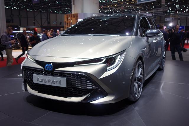Toyota Auris   Na salonie samochodowym w Genewie zadebiutowała Toyota Auris trzeciej generacji, oparta na platformie TNGA. Popularny kompakt ma teraz nowe, bardziej dynamiczne nadwozie oraz zupełnie nowy napęd hybrydowy z silnikiem 2,0 l, który dołączy do dotychczasowej gamy napędów.   Fot. Ryszard M. Perczak