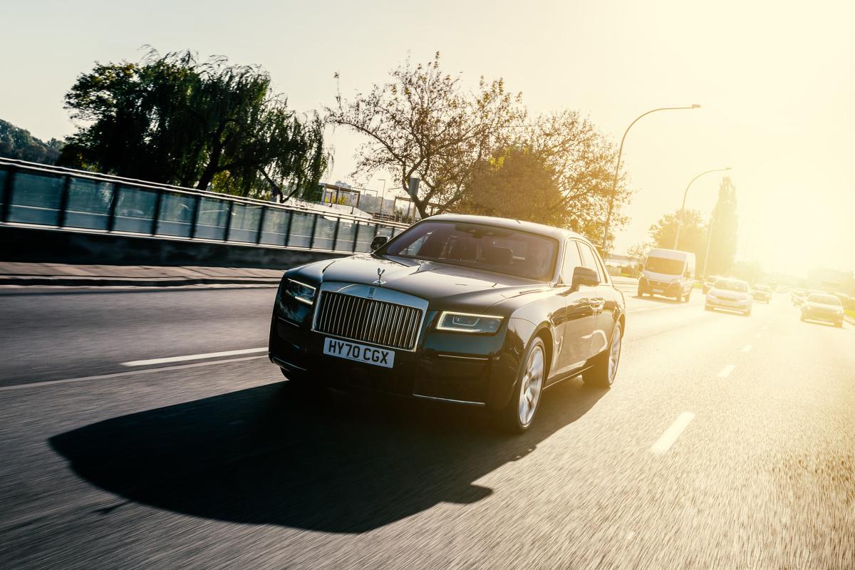 Rolls Royce Ghost II  Trudno o bardziej dosadną interpretację motoryzacyjnego luksusu niż ta, którą od 114 lat proponuje Rolls Royce. Do jego królestwa dostęp mają nieliczni. Motofakty, jako jedna z pierwszych redakcji motoryzacyjnych na świecie, została zaproszona do jazd testowych nowym Rolls Roycem Ghost.  Fot. Rolls Royce