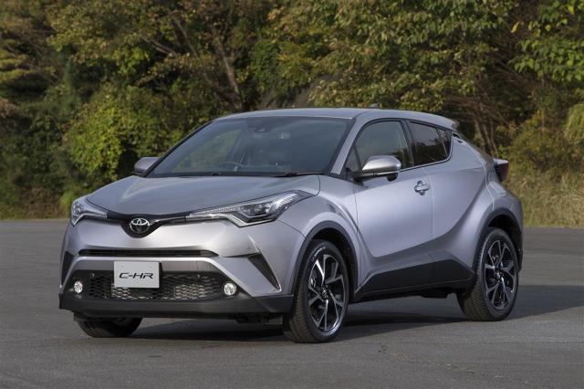 Toyota C-HR  W raporcie Euro NCAP Toyota C-HR uzyskała bardzo dobre wyniki przy zderzeniu czołowym. Maksymalną liczbę punktów samochód zdobył za uderzenie boczne oraz za test w zderzeniu bokiem ze słupem.  Fot. Toyota