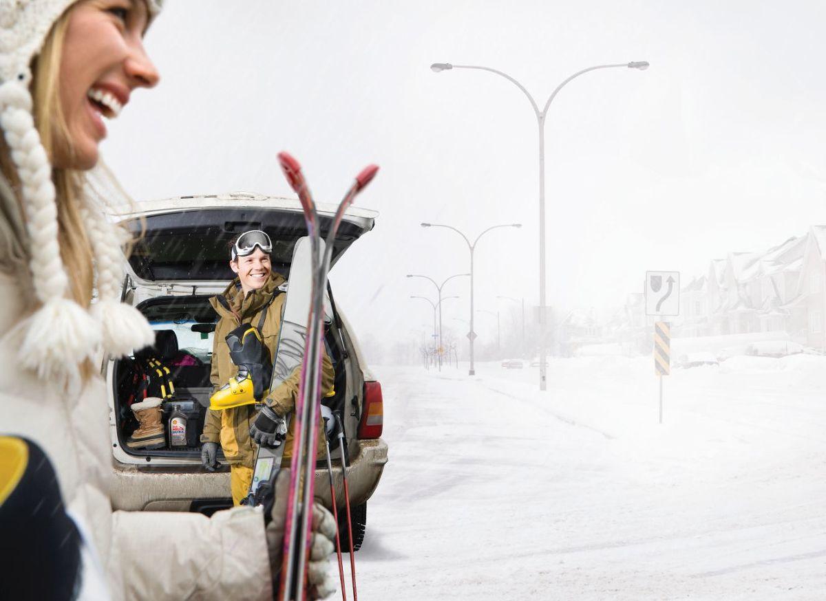 Śnieżne szaleństwo na europejskich stokach kusi coraz większą rzeszę Polaków, którzy decydują się spędzić zimowe ferie w Austrii, Włoszech czy Francji. Jeśli decydujemy się na dojazd własnym transportem warto wiedzieć, co należy ze sobą zabrać, bo jak się okazuje, butelka oleju na dolewkę w bagażniku – choć przydatna – nie wystarczy / Fot. materiały prasowe