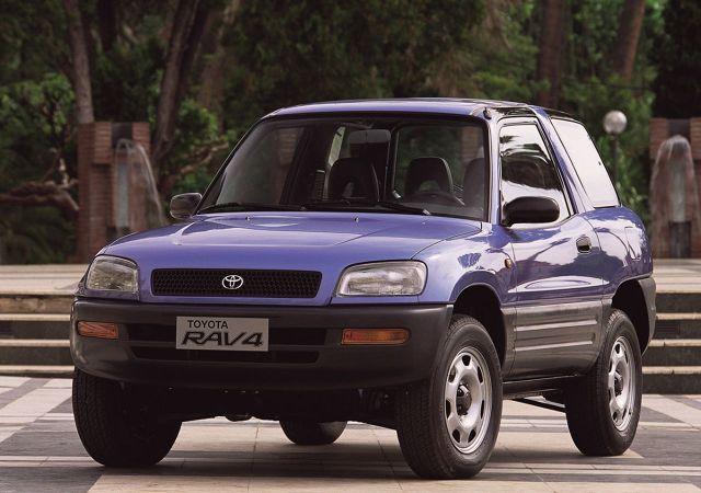 Toyota RAV4  Kultowa już Toyota RAV4 została po raz pierwszy zaprezentowana podczas salonu samochodowego w Genewie w 1994 roku i w tym samym roku trafiła do salonów. Subkompaktowa terenówka miała trzydrzwiowe nadwozie o długości zaledwie 3740 mm – dla porównania najnowsza generacja Yarisa jest dłuższa od pierwszej generacji RAV4 o ponad 20 cm! Odmiana pięciodrzwiowa miała natomiast długość na poziomie 4150 mm. Stosunkowo lekkie samonośnie nadwozie, napęd na cztery koła (dostępna była również wersja 2x4) i dwulitrowy silnik benzynowy o mocy 129 KM spowodowały, że samochód szybko zyskał na popularności – w pierwszym miesiącu liczba zamówień osiągnęła liczbę 8 tysięcy, dwukrotnie przekraczając planowaną miesięczną produkcję. W pierwszym roku model ten znalazł 53 tys. klientów, a po trzech latach roczna sprzedaż wzrosła trzykrotnie. Sukces Toyoty zwrócił uwagę innych producentów, którzy rozpoczęli prace nad własnymi kompaktowymi SUV-ami.  Fot. Toyota