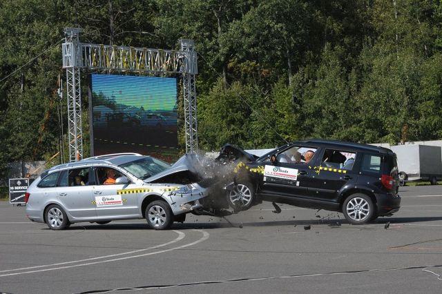 Zderzenie samochodu z innym pojazdem lub przeszkodą niezależnie od skutków jest zawsze sytuacją ekstremalną dla kierowcy i pasażerów. Jakie zabezpieczenia przed skutkami zderzeń proponują producenci samochodów?  fot. Skoda