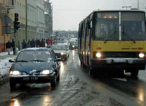 Fot. Krzysztof Mystkowski: Zadrza się, że na droga pokryta jest niewidoczną, cienką warstwą lodu. Warto wwtedy stosować hamowanie pulsacyjne.