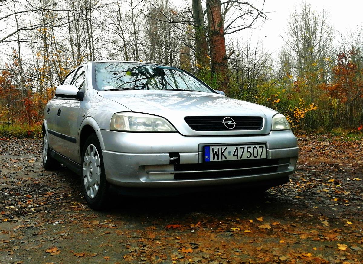 Używany Opel Astra II  Kompromis. To słowo najlepiej oddaje charakter jednego z najpopularniejszych samochodów na polskich drogach. Ekonomia, dynamika, komfort, wygląd i wszechstronność - każda z tych cech idzie na małe ustępstwo i łączy się z pozostałymi w Oplu Astra drugiej generacji. Dlatego, pomimo upływu 19 lat od premiery we Frankfurcie, samochód ten nadal cieszy się bardzo dużą popularnością.  fot. Kamila Nawotnik