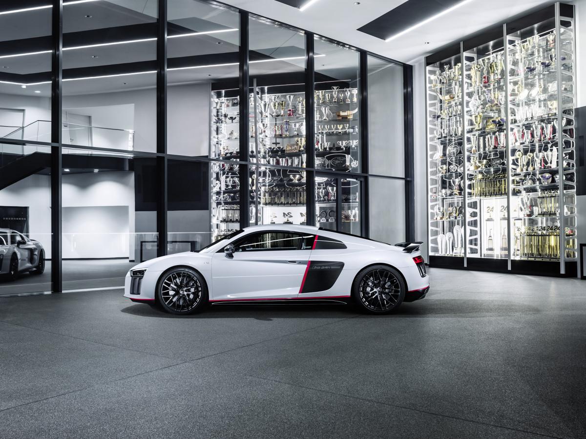 """Audi R8 Coupe V10 plus w wydabiu selection 24h  Rok temu, debiutujące wówczas nowe Audi R8 LMS, wygrało 24-godzinny wyścig na torze Nürburgring. Zwycięstwo auta typu GT3 zapoczątkowało pełen sukcesów rok Audi Sport. Cztery pierścienie postanowiły uhonorować Audi R8 LMS, wprowadzając na rynek limitowaną serię """"selection 24h"""". Samochód ten, to hołd dla 323 zwycięstw tego modelu w różnych wyścigach rozgrywanych od 2009 roku.  Fot. Audi"""