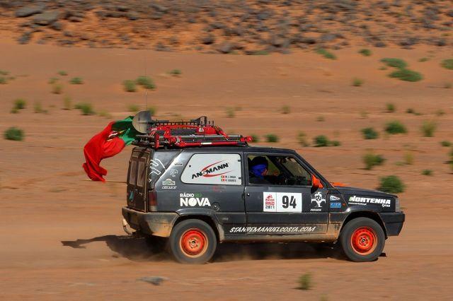 Panda Raid 2017   W tym roku w rajdzie Panda Raid, który rozpoczął się 4 marca, wzięła udział rekordowa liczba 300 zespołów (190 drużyn z Madrytu i 110 zespołów z Almerii), rozpoczynając wyścig od przeprawy promem przez Cieśninę Gibraltarską. Następnego dnia rano uczestnicy dotarli do Nador, by stawić czoła pierwszemu etapowi. W tym roku odbyła się już 9. edycja rajdu, w którym niepokonany model Fiat Panda, wyprodukowany przed 2003 rokiem, może uczestniczyć w trzech różnych kategoriach: 4x2, 4x4 i Studenci.   Fot. Fiat