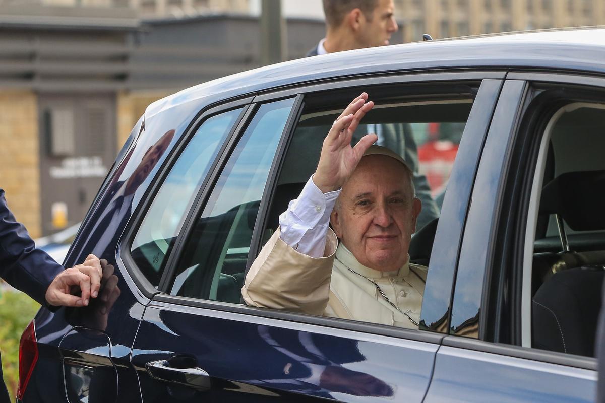 Ci, którzy myśleli, że  papież, który przybył do Polski z okazji Światowych Dni Młodzieży po wyjściu z samolotu na krakowskim lotnisku, przesiądzie się do limuzyny, pomylili się. Papież wsiadł do Volkswagena Golfa / Fot. Archiwum Polska Press