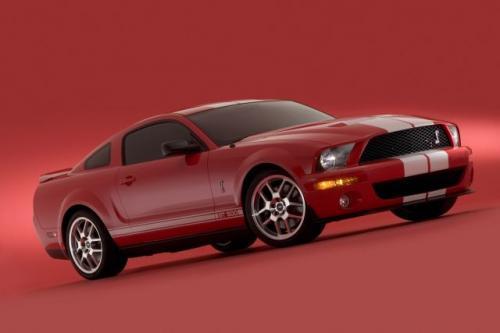 Fot. Ford: Caroll Shelby rozsławił Forda w latach 60. Producent postanowił więc zaangażować go ponownie. Efektem jest najnowsza Cobra GT500.