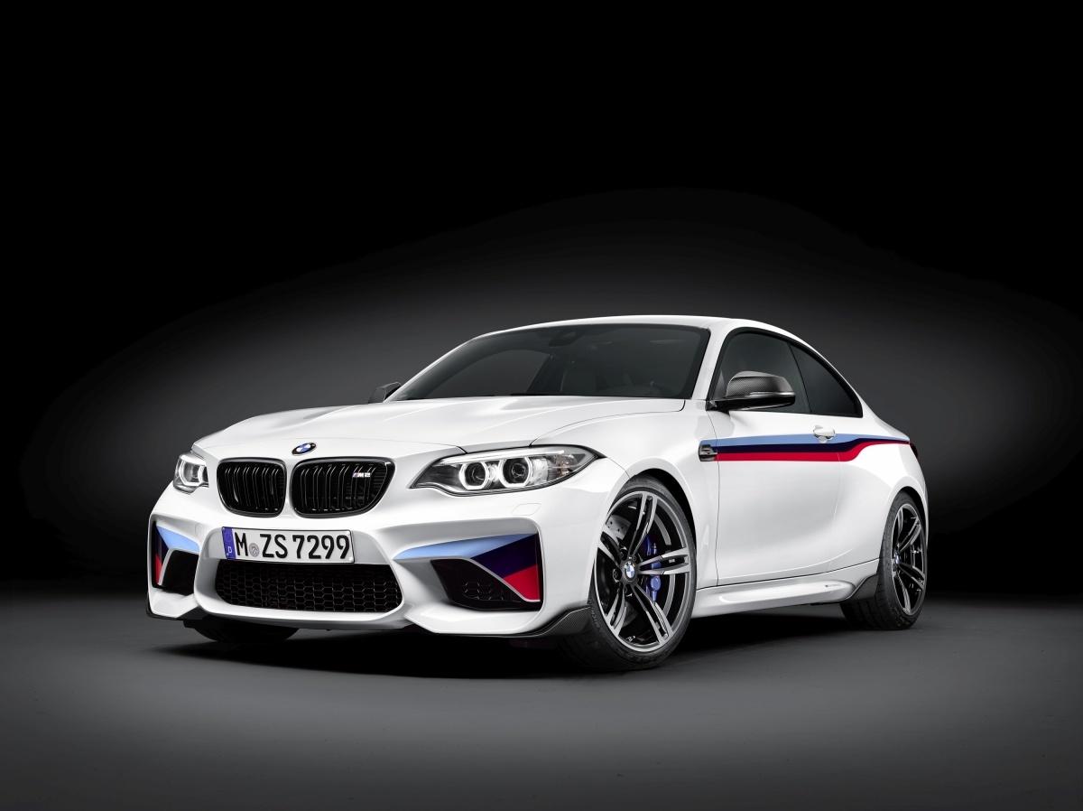 Od marca 2016 roku dynamiczne cechy i wygląd BMW M2 Coupe będzie można wzbogacić dzięki nowej ofercie części BMW M Performance Parts. Obejmują one elementy niczym z toru wyścigowego, które dotyczą aerodynamiki, silnika, kokpitu i zawieszenia / Fot. BMW