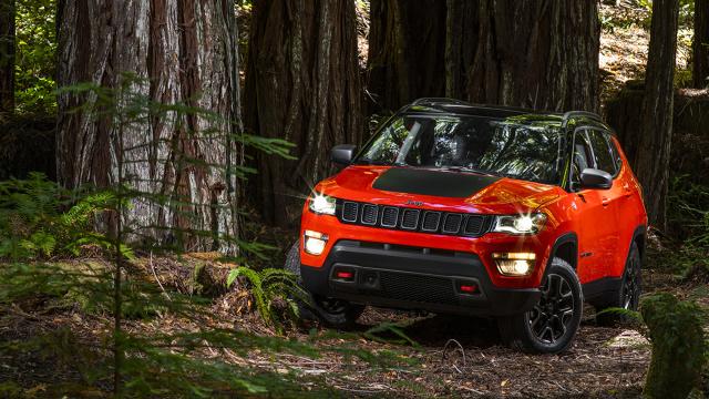Jeep Compass  Oficjalna premiera samochodu nastąpi na salonie samochodowym w Los Angeles w listopadzie, natomiast model do sprzedaży wejdzie początku przyszłego roku.  fot. Jeep