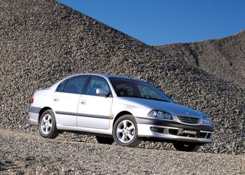 Fot. Toyota: Toyota Avensis ma dość przestronne wnętrze i dobre własności jezdne. Na zdjęciu sedan z 1998 r.