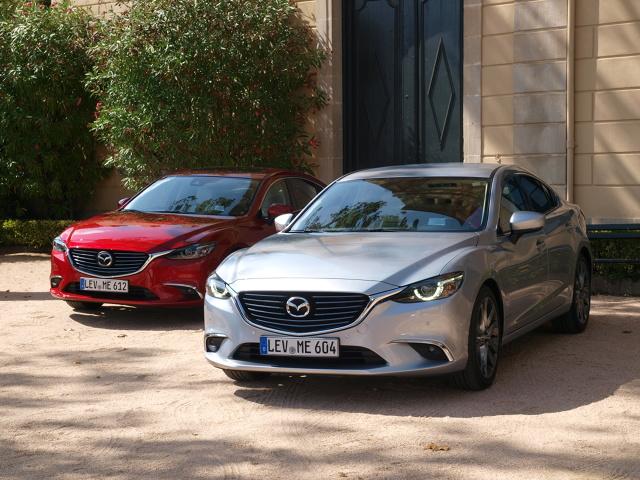 Mazda 6   W gamie silników są trzy benzynowe: 2-litrowy o mocy 145 i 165 KM oraz 2,5-litrowy, 192-konny, a także dwa diesle 2,2 l o mocy 150 lub 170 KM. Te ostatnie mile zaskakują nie tylko wysokim momentem obrotowym dostępnym w typowy dla jednostek wysokoprężnych sposób od niskiej prędkości obrotowej, ale również wysoką kulturą pracy  Fot. Michał Kij