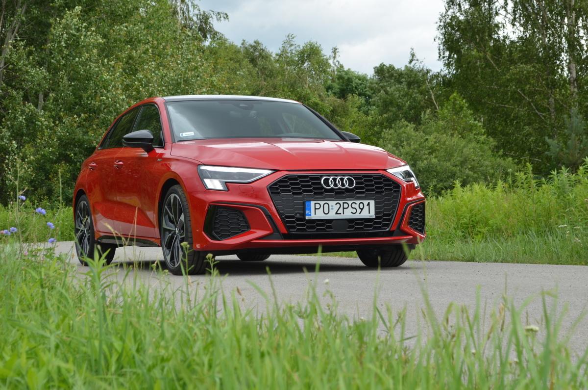 Audi A3   W Ingolstadt ma zawsze zielone, a w Polsce? Samo pojedzie w korku. Nowe Audi A3 to unikatowy, zadaszony zestaw multimedialny, doposażony w silnik.   Fot. Michał Kij