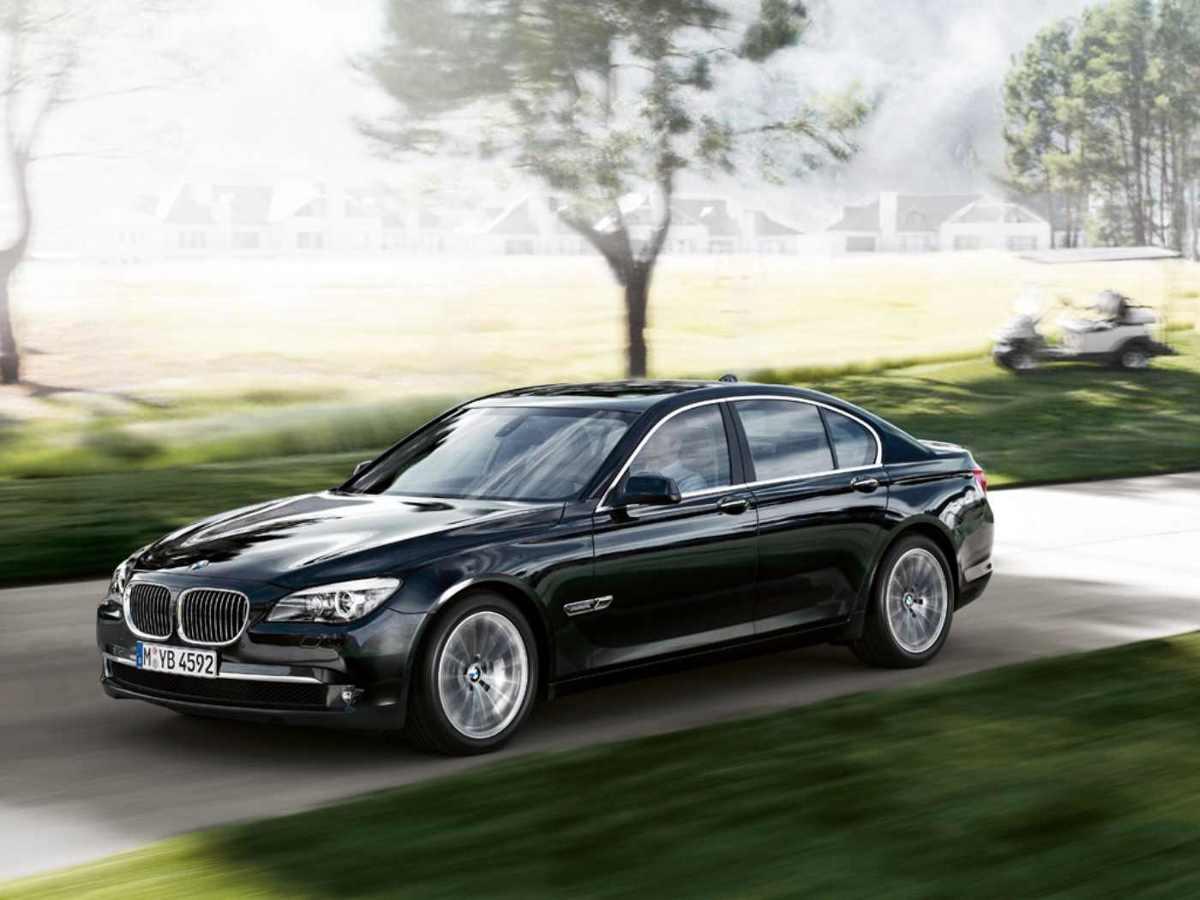 Gdy w 2008 roku zaprezentowano BMW serii 7 F01 i F02 (wersja z wydłużonym rozstawem osi), radykalni miłośnicy marki odetchnęli z ulgą. Po, według niektórych, udziwnionej serii E65/E66 design produktów z Bawarii znowu wszedł na właściwy tor. W momencie debiutu flagowe BMW imponowało zaawansowaniem technicznym oraz mocnymi, nowoczesnymi silnikami. Czy dobre wrażenie, które wywołało auto w momencie debiutu trwa do dziś?  Fot. Archiwum