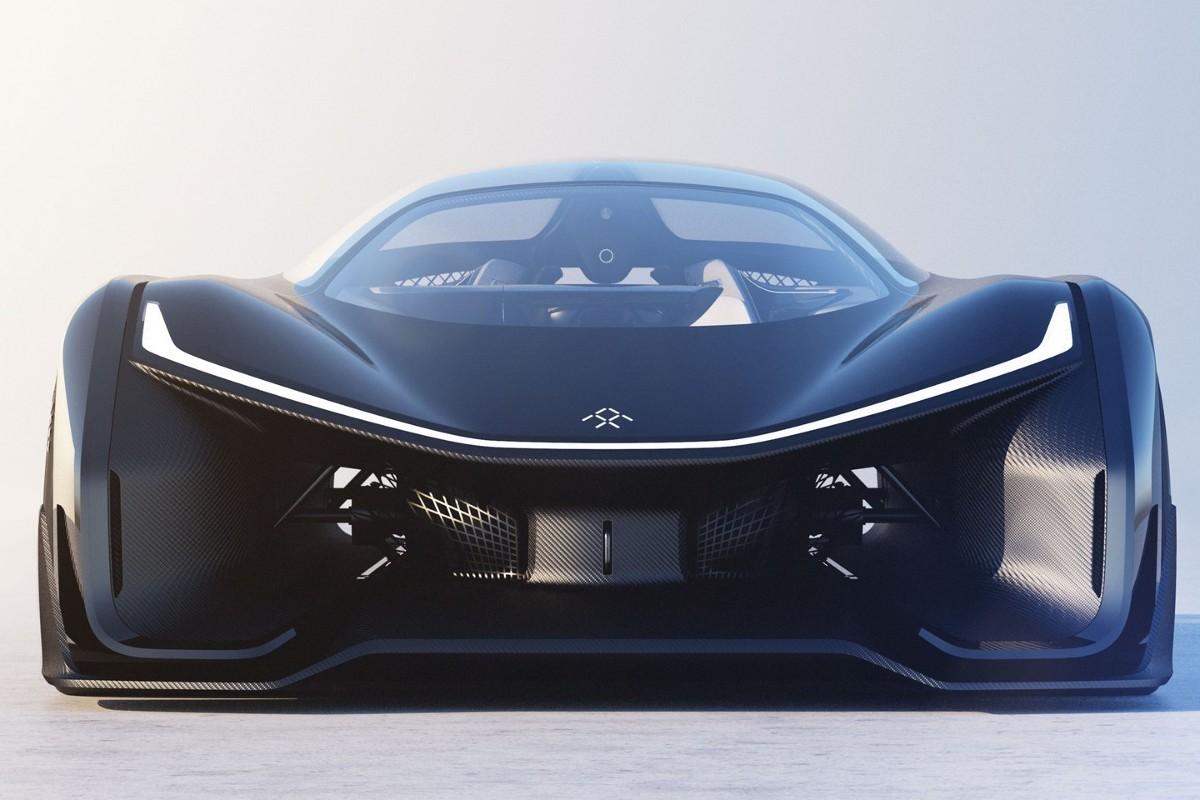 Potężne wloty powietrza, przeszklony dach i jednoosobowa kabina. Tak prezentuje się Faraday Future FFZERO1 w wydaniu koncepcyjnym. Samochód powstał na modułowej platformie, która została dostosowana do pojazdów elektrycznych / Fot. Faraday