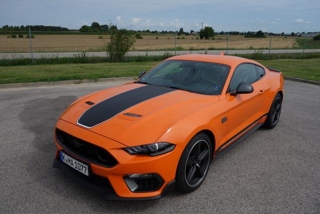 """Mimo, iż aktualnie w Fordzie patrzy się raczej w przyszłość niż na to co było kiedyś trudno mówiąc o nowym Mustangu Mach 1 nie wspomnieć o jego przodkach. Teraz wchodzi na rynek piąte już pokolenie tego modelu. Po raz pierwszy Mustang Mach 1 pojawił się w roku 1969. Tak jak obecnie również ponad sześć dekad temu skonstruowano samochód, który był czymś więcej niż """"zwykłym"""" Mustangiem. Chodziło o to aby stworzyć coś dla kierowców chcących czegoś więcej niż Mustang GT, ale nie tak ekstremalnego jak odmiany Shelby oraz Cobra. Już na początku założono aby ten samochód równie sprawnie mógł się poruszać na torze wyścigowym, jak i w codziennym użytkowaniu. Fot. Ryszard M. Perczak"""