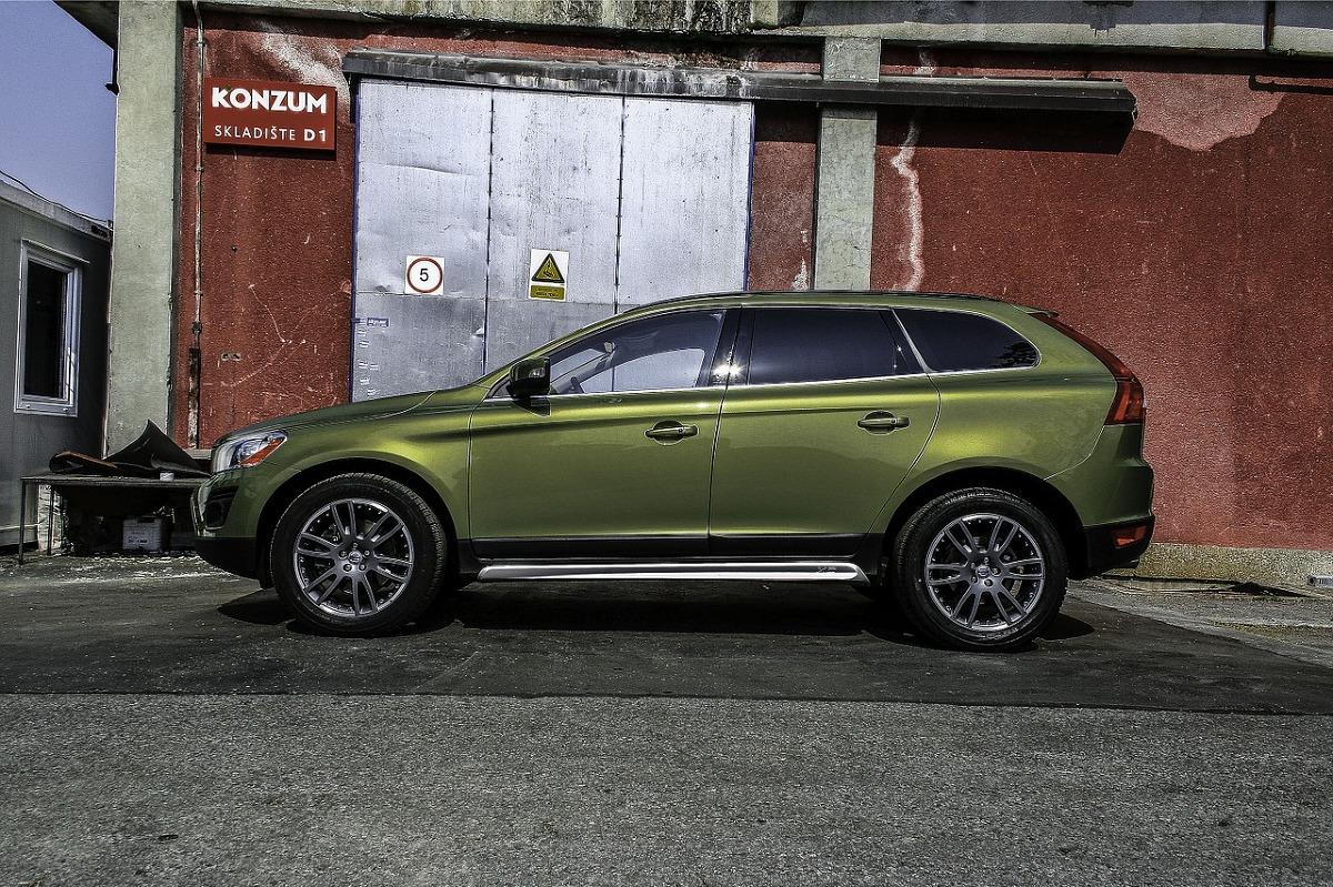 Volvo to marka, która słynie z niezawodności. Samochody produkowane przez szwedzki koncern są też jednymi z najbezpieczniejszych pojazdów poruszających się po drogach. Firma od lat jest w awangardzie projektowania i wdrażania rozwiązań zwiększających bezpieczeństwo wszystkich użytkowników dróg.