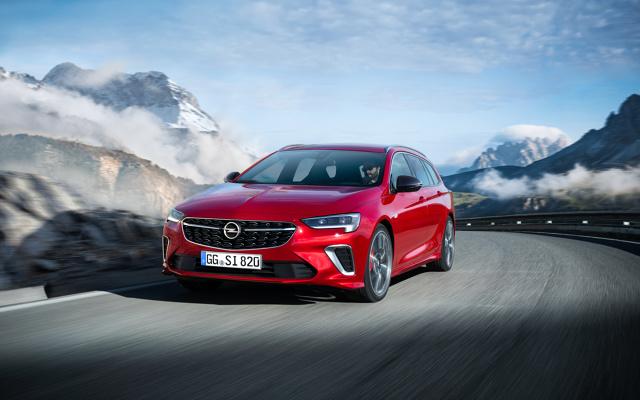 Opel Insignia GSi   Światowa premiera nowego Opla Insignii odbędzie się na Salonie Motoryzacyjnym w Brukseli (9–19 stycznia). W Polsce zamówienia na samochód będą przyjmowane już od lutego.  Fot. Opel
