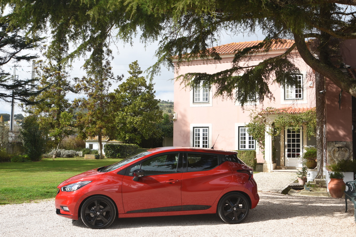 """Do europejskiej oferty modelu Micra dodano trzy nowe elementy: bardziej wydajny, turbodoładowany silnik benzynowy, oferowaną po raz pierwszy automatyczną przekładnię Xtronic (zestawioną z tym samym silnikiem), a także mocniejszą, flagową odmianę typu """"warm hatch"""", ze zmodyfikowanym i obniżonym zawieszeniem oraz bardziej bezpośrednio zestrojonym układem kierowniczym.  Fot. Stanisław Rochowicz"""