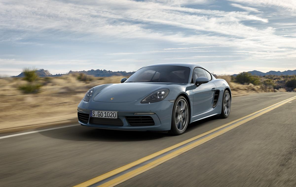 """Porsche 718 Cayman  Porsche 718 Cayman korzysta z tych samych 4-cylindrowych, turbodoładowanych silników typu bokser co 718 Boxster. W rezultacie, po raz pierwszy, zarówno jednostki coupe, jak i roadstera legitymują się identyczną mocą. Bazowa wersja z pojemności 2 litrów osiąga 300 KM. Model """"S"""" przy pojemności 2,5 litra generuje 350 KM.   Fot. Porsche"""